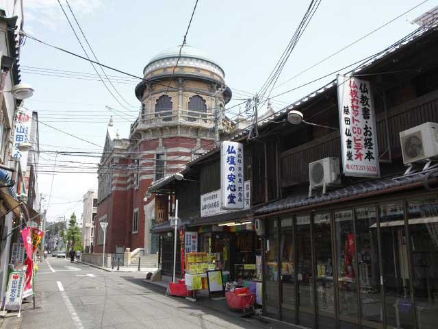 門前町のレトロな建物
