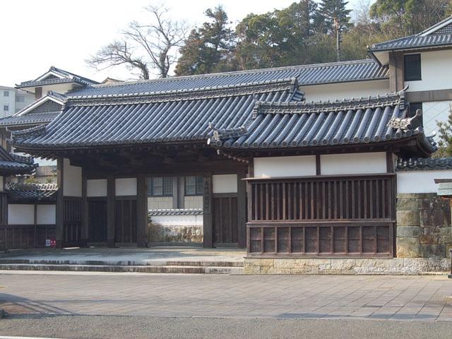 藩校日新館門