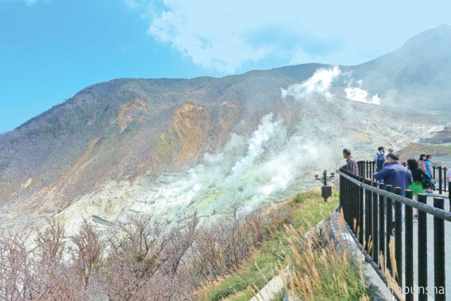 駅前展望台から噴煙地を一望